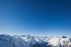 Cima della montagna su un chiaro cielo blu Immagini Stock Libere da Diritti