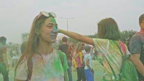 LA RUSSIA, IRKUTSK - 27 GIUGNO 2018: Giovani felici che ballano e che celebrano durante il festival di Holi dei colori Folla di video d archivio