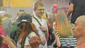 LA RUSSIA, IRKUTSK - 27 GIUGNO 2018: Giovani felici che ballano e che celebrano durante il festival di Holi dei colori Folla di archivi video