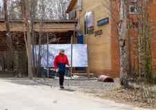 La Russia Moncegorsk - maggio 2019 Camminata nordica Donna che fa un'escursione nella foresta o nel parco Stile di vita attivo e  fotografia stock libera da diritti