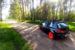 La Russia, Mosca - 1° giugno 2019: Volkswagen Golf nero Mk6 ha sintonizzato con ragtop e le ruote arancio Posizione che sintonizz fotografia stock
