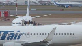 La Russia, Mosca 8-11-2018 AIRPORT DI SHEREMETYEVO: La gente sta atterrando sull'aeroplano Linee aeree di UTair e di UGT video d archivio