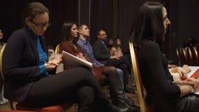 LA RUSSIA, MOSCA - 13 APRILE 2019: Il pubblico delle donne che ascolta gli addestramenti e le conferenze di informazioni Arte Don fotografie stock