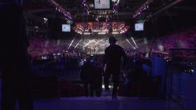 LA RUSSIA, MOSCA - 9 GIUGNO: La gente sta il ring vicino prima della lotta alle notti di lotta Una folla della gente al ring video d archivio