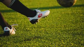 LA RUSSIA, MOSCA - 27 GIUGNO 2018: il piede destro del ` s del giocatore dà dei calci alla palla durante il gioco di calcio dilet stock footage