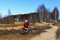 La Russia, Mosca, il 14 aprile 2018, adolescente su un motociclo, editoriale fotografia stock