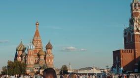 La Russia, Mosca, il 15 giugno 2018 Vista sul museo storico e sulla gente dello stato che camminano lungo il quadrato rosso, vici stock footage