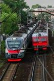 La Russia, Mosca, maggio 2019 Le strade ferrate e 2 treni vanno l'un l'altro immagini stock