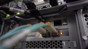 La RUSSIA, MOSCA - 8 maggio 2019: Server ottico commutatore Lampeggiante Di fibra ottica Divide il computer in uno scaffale a archivi video