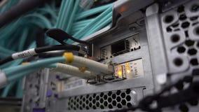 La RUSSIA, MOSCA - 8 maggio 2019: Server ottico commutatore Lampeggiante Di fibra ottica Divide il computer in uno scaffale a stock footage