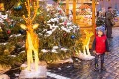 La Russia, Mosca, mercato di Natale sul quadrato rosso fotografie stock