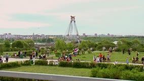 La Russia mosca Passeggiata della gente in un parco della città Sui precedenti del ponte stock footage