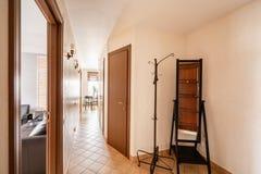 La Russia, Nizhny Novgorod - 10 gennaio 2018: Appartamento privato Interior design Vista del corridoio e del livigroom moderno fotografie stock