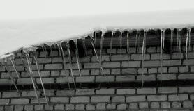 La Russia, a Nizhny Novgorod, il primo disgelo, sui tetti dei ghiaccioli delle case fotografia stock libera da diritti