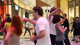 La Russia, Novosibirsk 8 agosto 2015 La gente che si tiene per mano e che balla nel mercato al rallentatore 1920x1080 archivi video