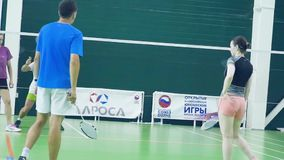 La Russia, Novosibirsk, il 29 dicembre 2018 Gli atleti si preparano nei campi da badmintoni dell'interno stock footage