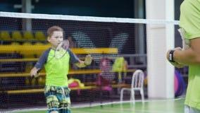 La Russia, Novosibirsk, il 29 dicembre 2018 Gli atleti si preparano nei campi da badmintoni dell'interno archivi video