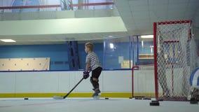 La Russia, Novosibirsk, 2017: Ragazzo che impara giocare hockey, lo scopo archivi video