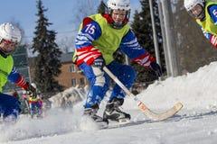 LA RUSSIA, OBUKHOVO - 10 GENNAIO 2015: la lega di hockey arcuata, Russia dei secondi bambini della fase Warmig-up dei giocatori p Immagini Stock