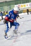 LA RUSSIA, OBUKHOVO - 10 GENNAIO 2015: la lega di hockey arcuata, Russia dei secondi bambini della fase Warmig-up dei giocatori p Immagine Stock