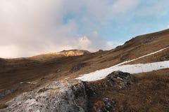 La Russia Oscilli Likoran in Balkaria superiore nelle nuvole Paesaggio di inverno delle montagne calve Immagine Stock