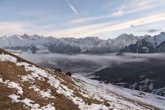 La Russia Oscilli Likoran in Balkaria superiore nelle nuvole Paesaggio di inverno delle montagne calve Fotografie Stock
