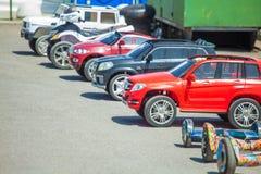 La Russia, Rostov-On-Don automobile elettrica del ` s dei bambini del 16 agosto 2018 dei modelli e dei colori differenti Immagine Stock