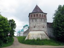 La Russia rostov Monastero di Rostovsky Borisoglebsky Parete difensiva del sud Torre di legno dell'orologio Fotografia Stock
