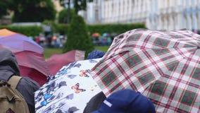 La RUSSIA, SAN PIETROBURGO, il 20 giugno 2017, folla della gente nell'ambito delle coperture degli ombrelli in pioggia di versame Fotografia Stock Libera da Diritti