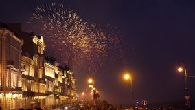 La Russia, San Pietroburgo, il 22 giugno 2017 Grandi esplosioni luminose e scintille dei fuochi d'artificio a cielo notturno sopr archivi video