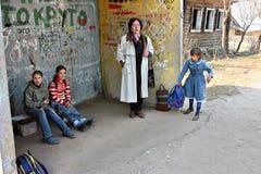 La Russia, scolare rurali che aspettano trasporto al Immagini Stock