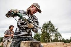 La Russia, Siberiya - 1 09 2013: I lavoratori costruiscono una casa Fotografia Stock