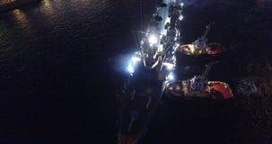La Russia, St Petersburg, il 16 luglio 2016: il ritorno dell'aurora dell'incrociatore ad un posto di parcheggio eterno nel maritt video d archivio