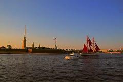 La Russia, St Petersburg, nave con il color scarlatto delle vele sul fiume immagini stock