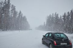 La Russia St Petersburg suburbano Gennaio 2019 precipitazione della forte nevicata automobile con neve fotografia stock libera da diritti