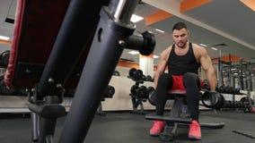 La Russia, Togliatty - 23 febbraio 2019: Uomo della testa di legno al sollevamento pesi di forma fisica del bicipite di allenamen video d archivio