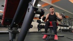 La Russia, Togliatty - 23 febbraio 2019: Uomo della testa di legno al sollevamento pesi di forma fisica del bicipite di allenamen stock footage
