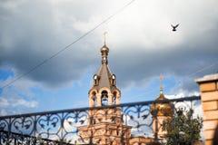 La Russia, Žukovskij, il 29 agosto 2014: cupola della chiesa nel centro urbano Pilota la colomba, un cielo blu luminoso con grey Immagine Stock