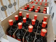 La RUSSIA, URAL - DICEMBRE 2018, le bottiglie di vetro, parecchie imbottiglia una scatola, la liquidazione, il closeout, la vendi fotografia stock