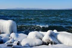 La Russia Vladivostok, baia dell'Amur, spiaggia di Yubileyny nel giorno di inverno gelido fotografia stock libera da diritti