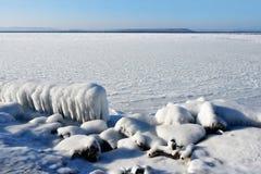 La Russia Vladivostok, il deposito della baia dell'Amur, spiaggia di Yubileyny nell'inverno fotografia stock