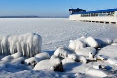 La Russia Vladivostok, il deposito della baia dell'Amur, spiaggia di Yubileyny nell'inverno immagini stock libere da diritti