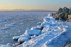 La Russia vladivostok Sera di inverno nella baia dell'Amur immagine stock libera da diritti