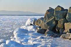 La Russia vladivostok Sera di inverno nella baia dell'Amur immagini stock libere da diritti