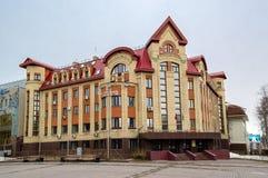5 04 2012 la Russia, YUGRA, Chanty-Mansijsk, Chanty-Mansijsk, la facciata del dipartimento di ramo della costruzione del Minister Fotografia Stock