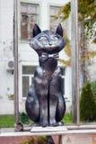 LA RUSSIA, ZELENOGRADSK - 11 OTTOBRE 2014: Scultura del gatto elegante in un farfallino Fotografia Stock