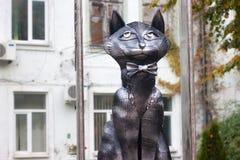 LA RUSSIA, ZELENOGRADSK - 11 OTTOBRE 2014: Scultura del gatto elegante in un farfallino Immagine Stock