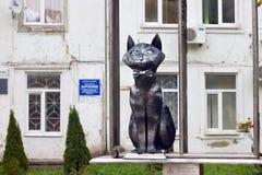 LA RUSSIA, ZELENOGRADSK - 11 OTTOBRE 2014: Scultura del gatto elegante in un farfallino Immagini Stock