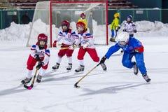 LA RUSSIE, ARKHANGELSK - 14 DÉCEMBRE 2014 : la Ligue de Hockey des 1ers enfants d'étape arquée, Russie Images stock