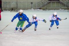 LA RUSSIE, ARKHANGELSK - 14 DÉCEMBRE 2014 : la Ligue de Hockey des 1ers enfants d'étape arquée, Russie Photo libre de droits